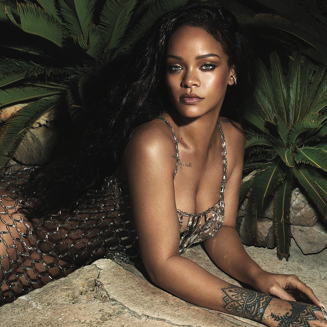 "Rihanna's gives sleek Response To Fan Who Commented On Her ""Stretch Marks"""